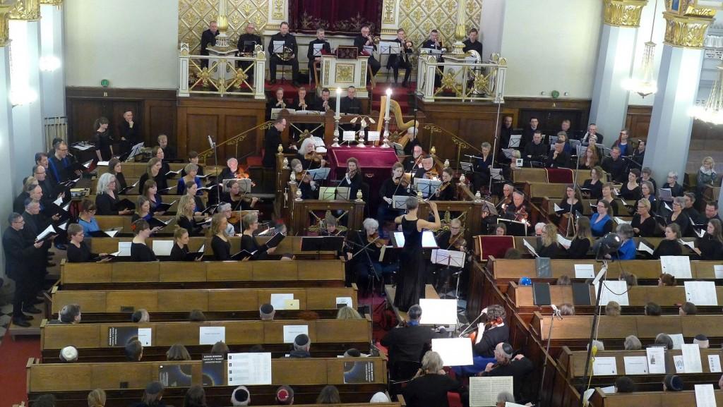 Akademisk kor orkester dirigent under opførelsen af kaddish i synagogen