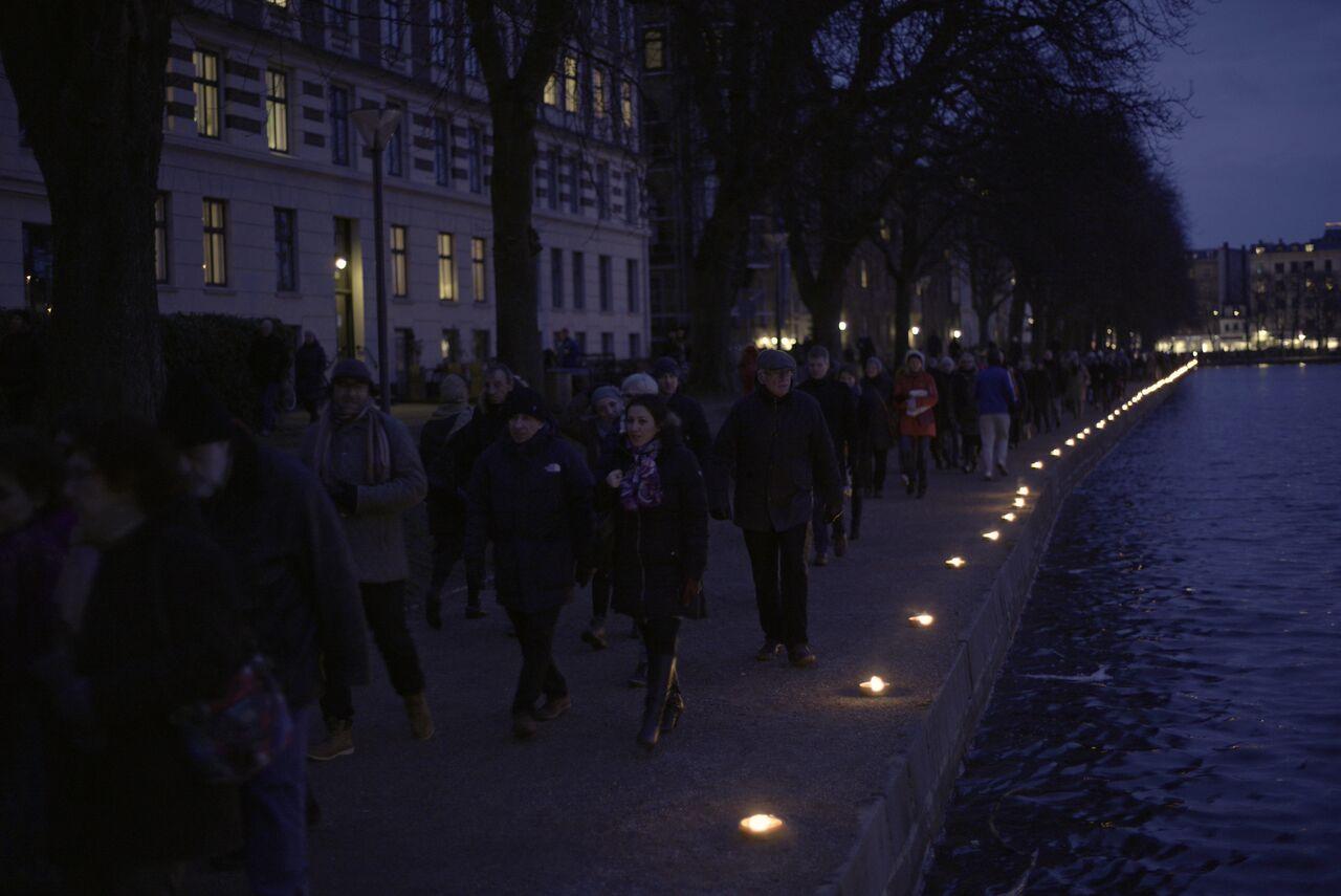 En kæde af lys og håb