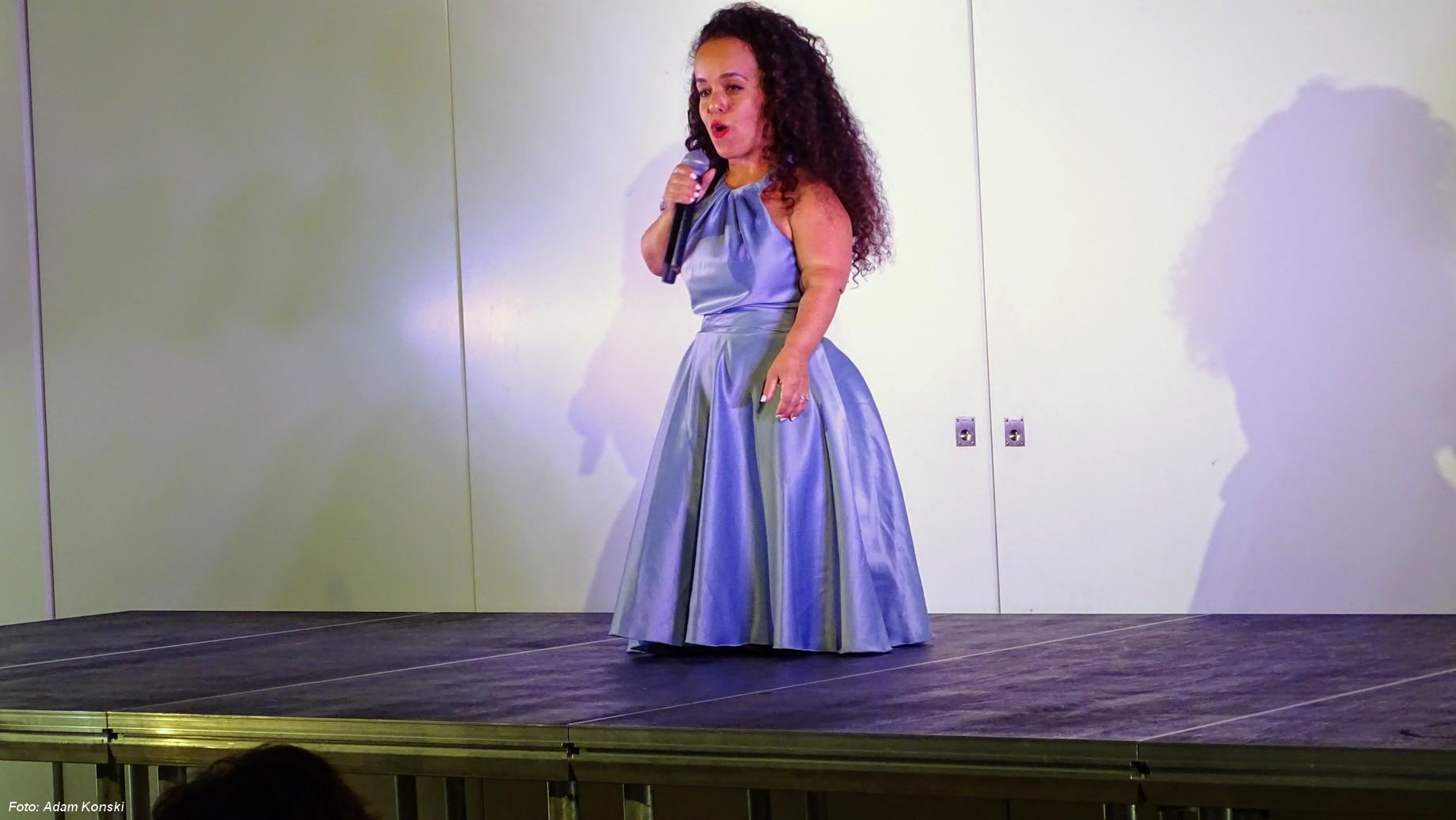 Skuespiller, forfatter, foredragsholder og entertainer Bat-El Papura optræder med sit show I Am Bat-El i Det Jødiske Hus den 3. juni.