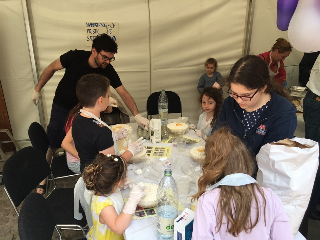 Chabad laver dej med børnene til Challabagning