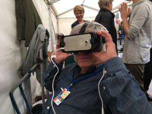 Besøgende ser synagogen gemmen virtual reality briller