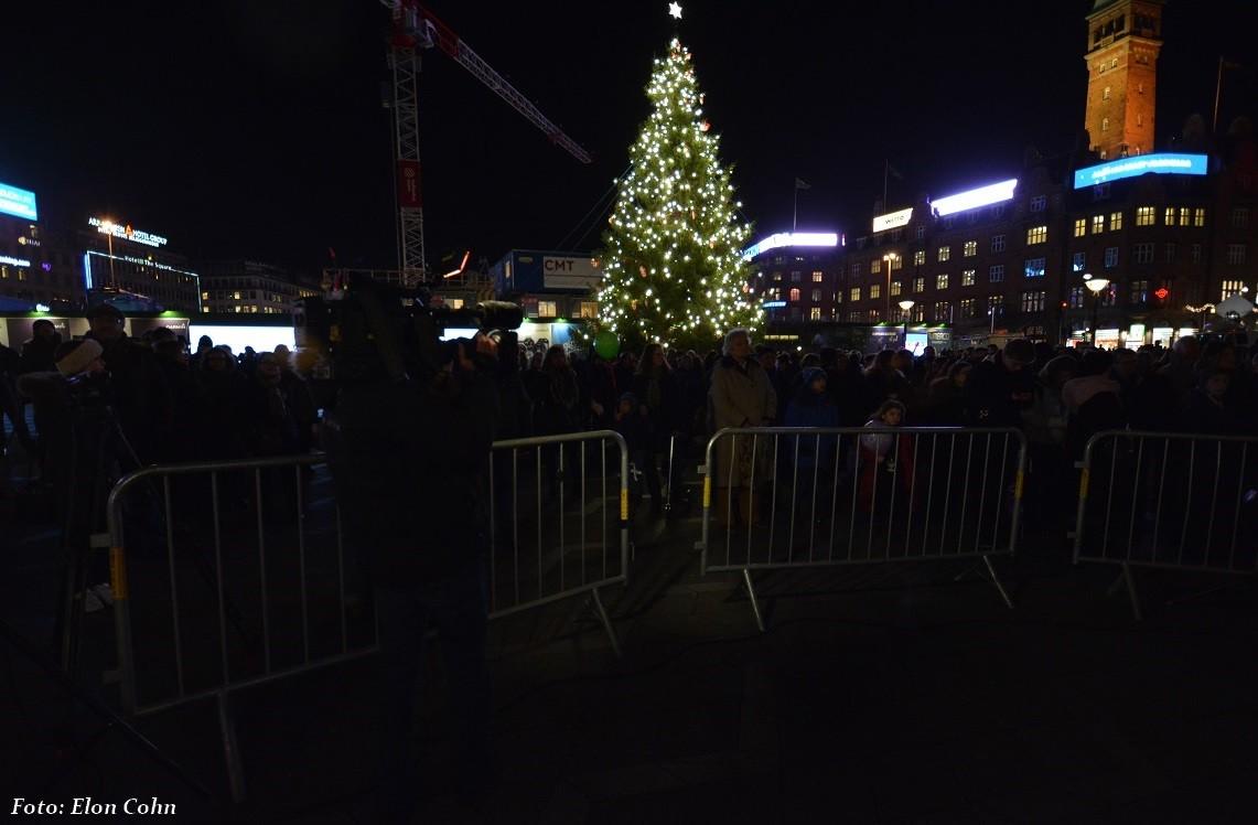 Københavns juletræ på Rådhuspladssen ses i baggrunden