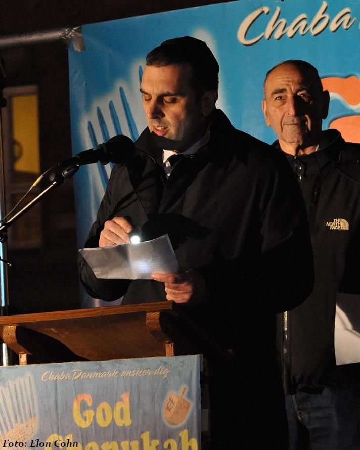 Kulturrepræsentant Dennis Sårde bringer Det Jødiske Samfund hilsen til chanukahfesten