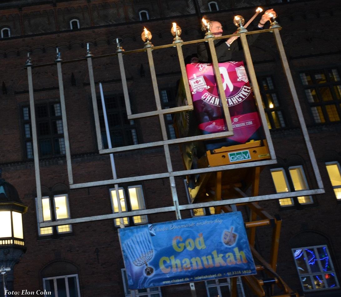 Sergeot Uzan tænder chanukahlys på Chabadanmarks store stage på Rådhuspladsen