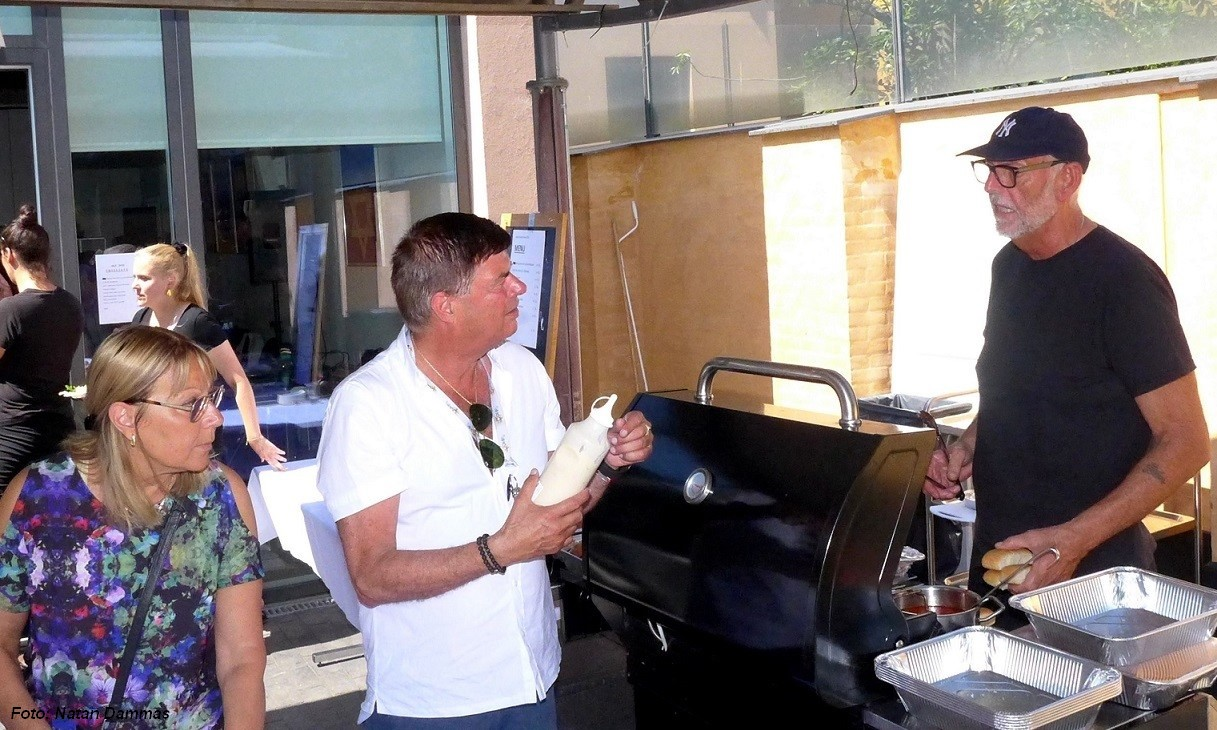 Kokken Preben Jensen byder på steg og pølser ved grillen.