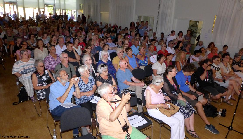 En fyldt festsal i det Jødiske Hus før Bat-El Papura optræder på scenen med et show over sit liv.