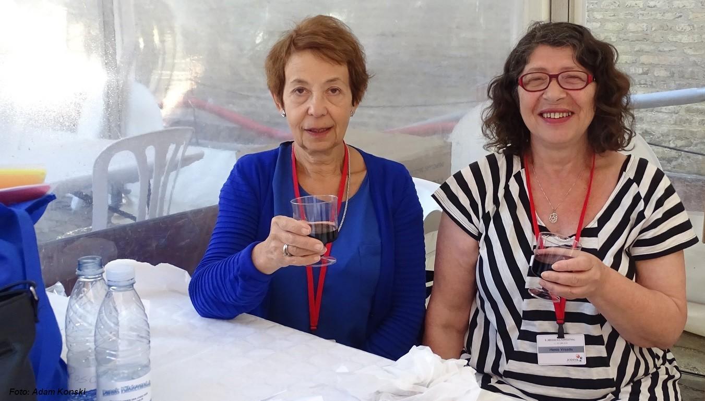 Rosa Blusztejn og Henia Vrazda fra festivaludvalget sidder klar ved billet boden