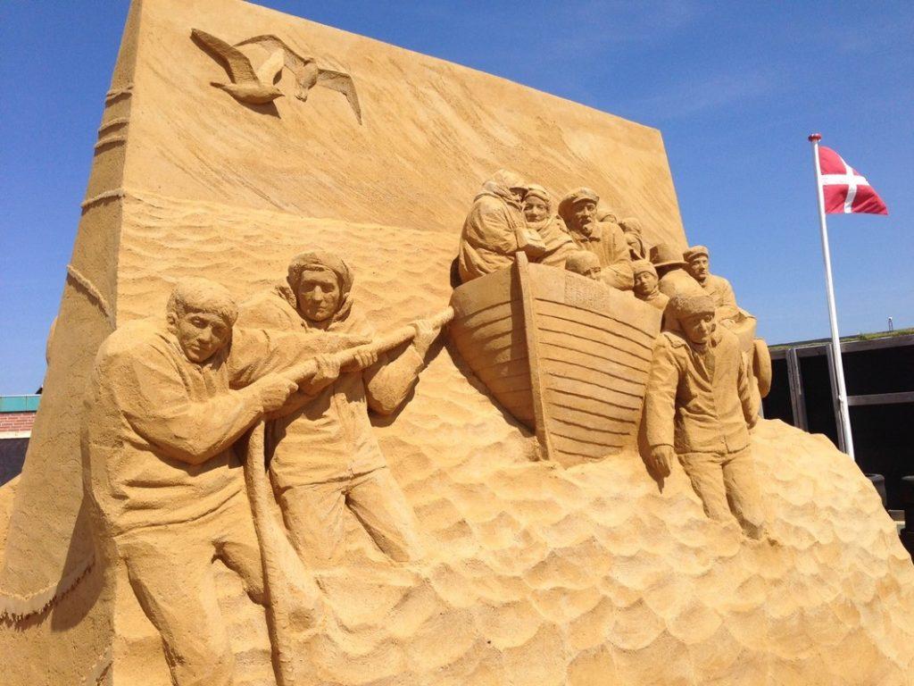 Sandskulptur - Flugten oktober 43 i fiskerbåd