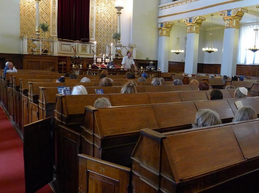Synagogen set indefra med tilhørere ved pultene